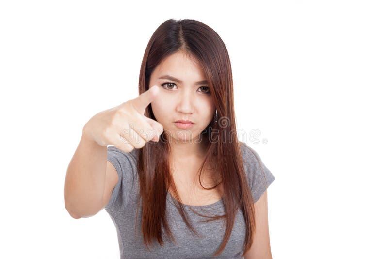 Молодой азиатский пункт женщины очень сердитый к камере стоковые фото