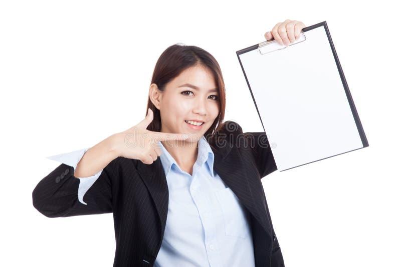 Молодой азиатский пункт коммерсантки для того чтобы прикрыть доску сзажимом для бумаги стоковые фото