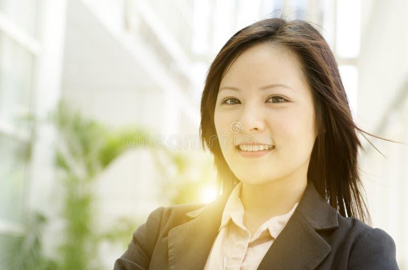 Молодой азиатский усмехаться бизнес-леди стоковая фотография
