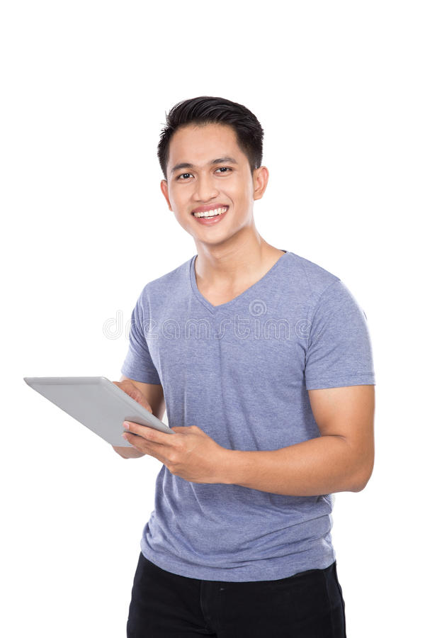 Молодой азиатский человек держа цифровой планшет o экрана касания стоковые фото