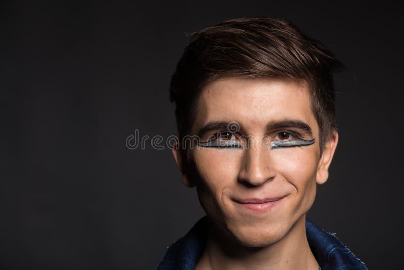 Молодой актер на темной предпосылке стоковое изображение rf