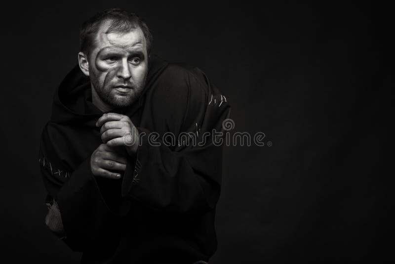Молодой актер на темной предпосылке стоковые фото