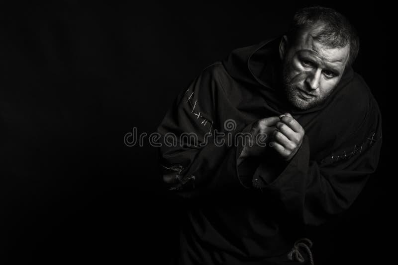 Молодой актер на темной предпосылке стоковая фотография rf