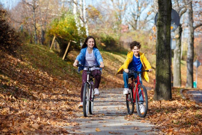 Молодой активный велосипед людей стоковое изображение rf