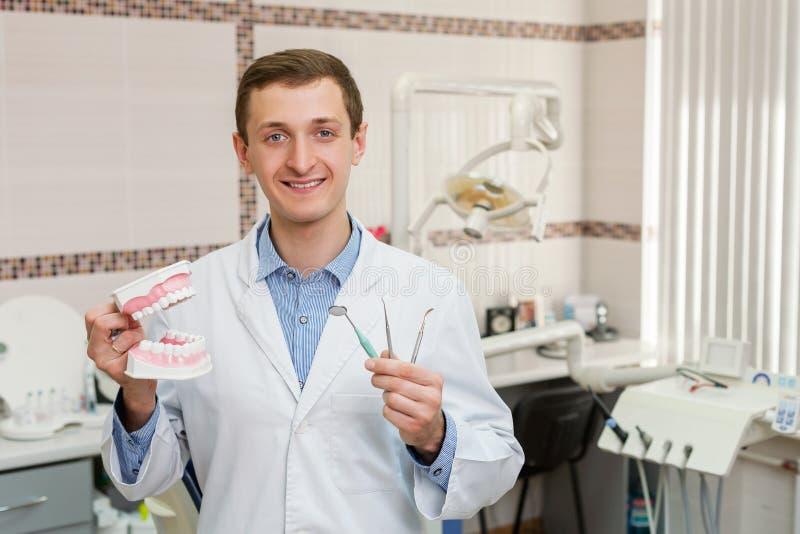 Молодой дантист в офисе стоковая фотография rf