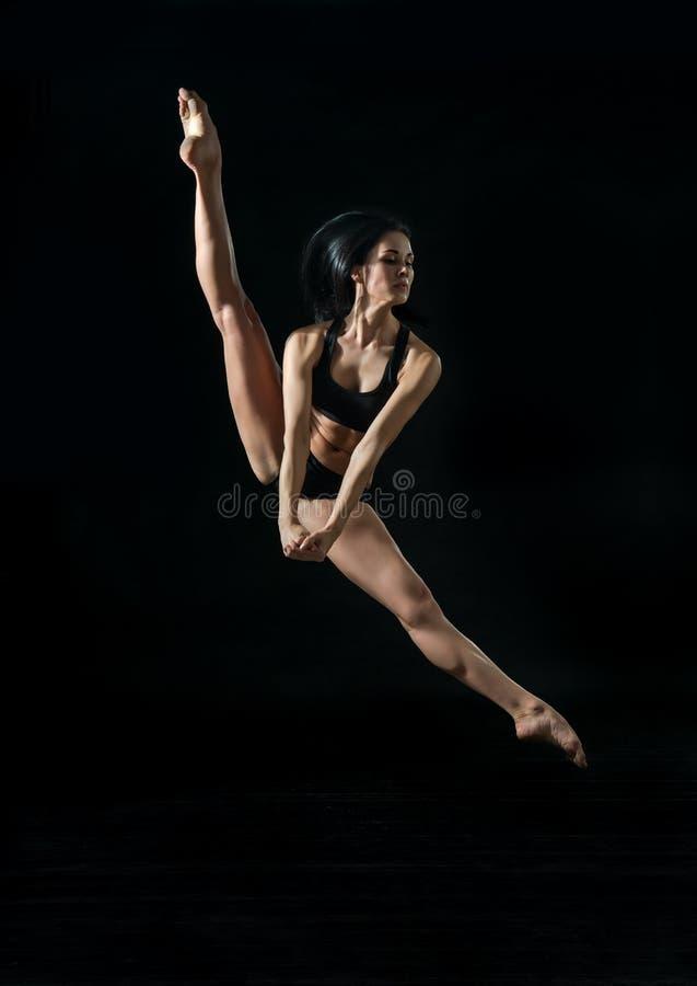 Молодой артист балета dansing на белой предпосылке стоковая фотография