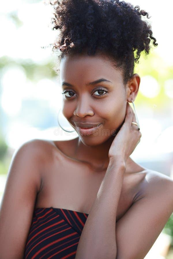 Молодой африканский усмехаться женщины стоковые изображения