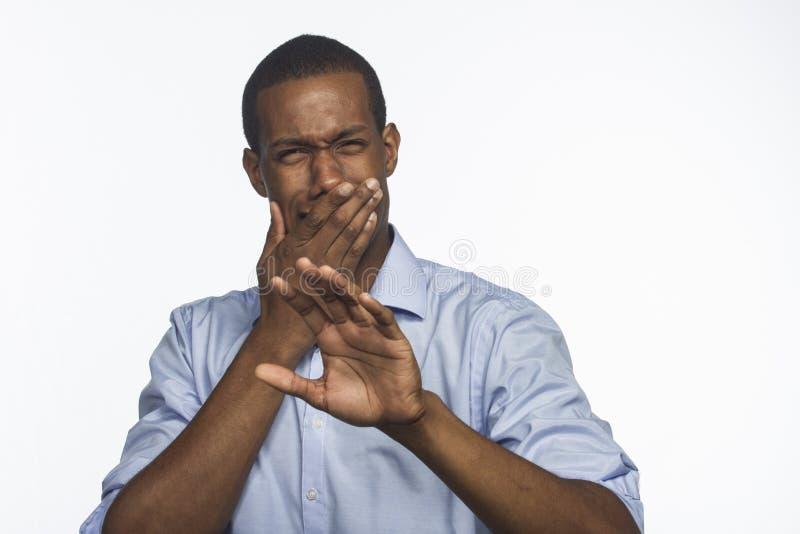 Молодой афроамериканец реагирует в отвращении, горизонтальном стоковое изображение rf