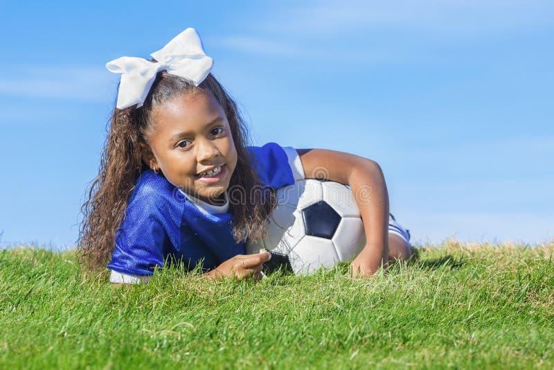 Молодой Афро-американский футболист девушки стоковое изображение rf