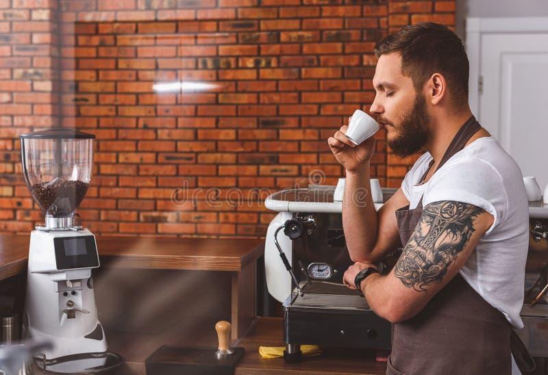 Download Молодой бармен наслаждаясь ароматностью кофе Стоковое Изображение - изображение насчитывающей мужчина, сделайте: 81802111
