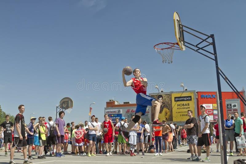 Молодой баскетболист выполняет ход к верному успеху cont стоковая фотография
