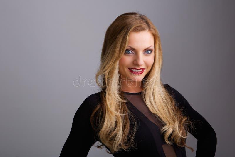 Молодой белокурый усмехаться женщины стоковое фото rf