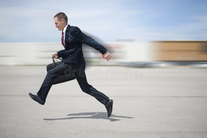 Молодой бизнесмен в костюме стоковое фото rf