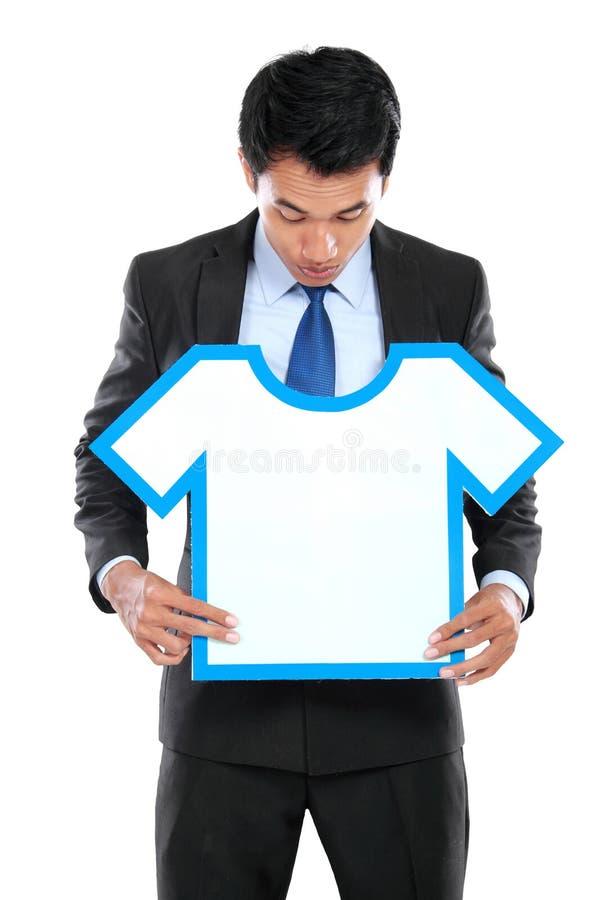 Молодой бизнесмен держа знак рубашки стоковые фотографии rf