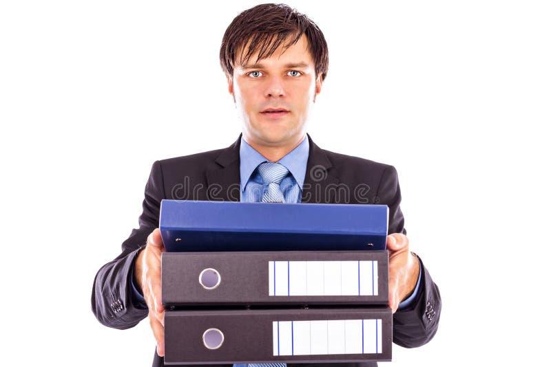 Молодой бизнесмен держа много папок стоковые фото