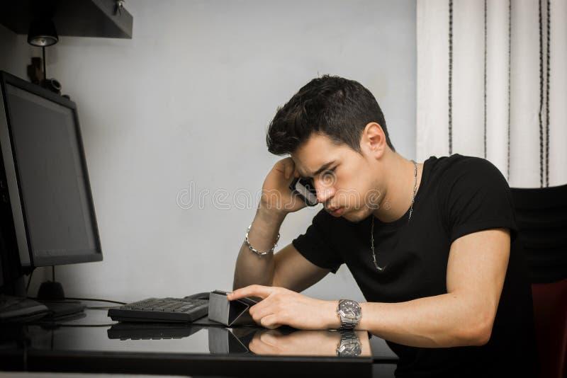 Молодой бизнесмен или домашний работник принимая звонок расстраивать стоковое изображение