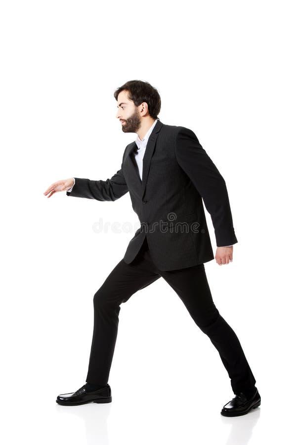 Молодой бизнесмен идя тщательно стоковые изображения rf