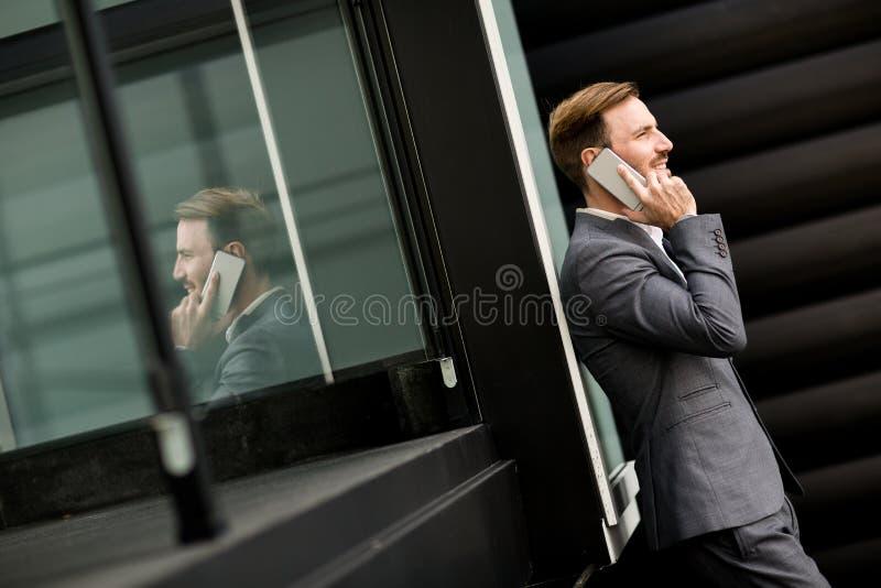 Молодой бизнесмен напольный стоковые изображения rf