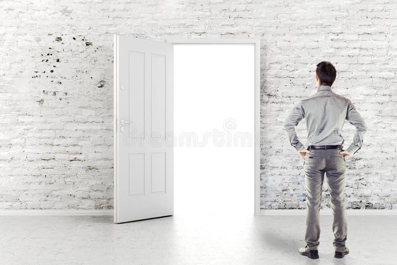 Молодой бизнесмен перед открыть дверью стоковое фото rf