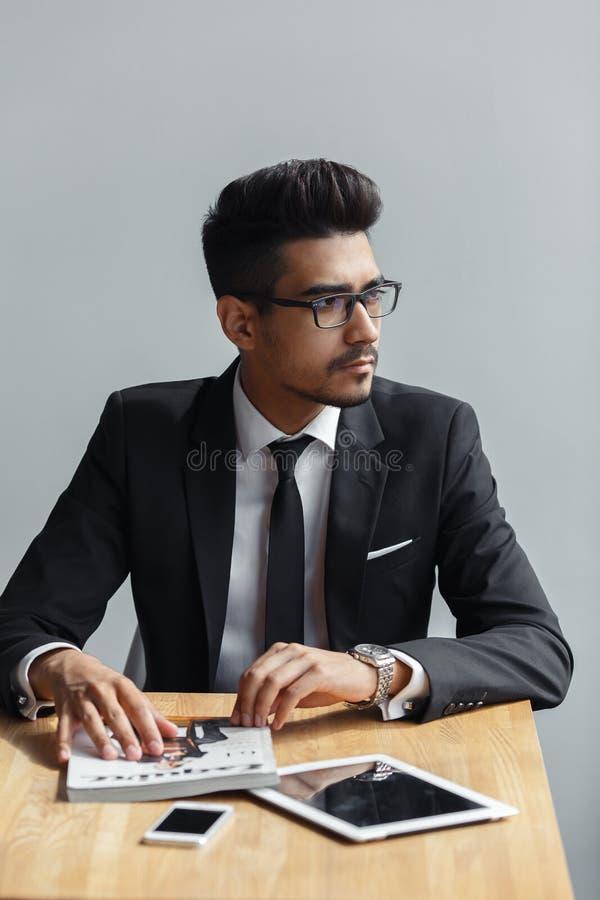Молодой бизнесмен сидя в кафе богатый предприниматель ждать встречу с коллегой стоковая фотография rf