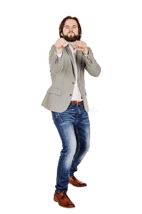 Молодой бизнесмен стоя в положении боксера и подготавливает для боя стоковая фотография
