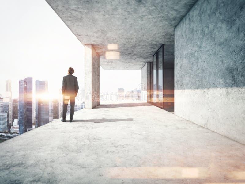 Молодой бизнесмен стоя на краю a стоковое фото rf