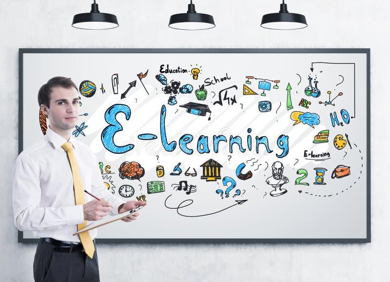 Молодой бизнесмен с доской сзажимом для бумаги, учить e стоковое изображение rf