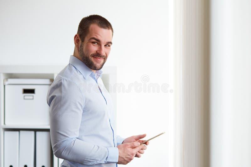 Молодой бизнесмен с таблеткой стоковые изображения rf