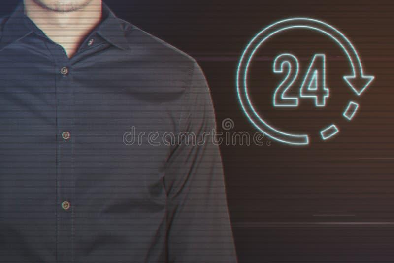 Молодой бизнесмен с 24 часами значка стоковые фотографии rf
