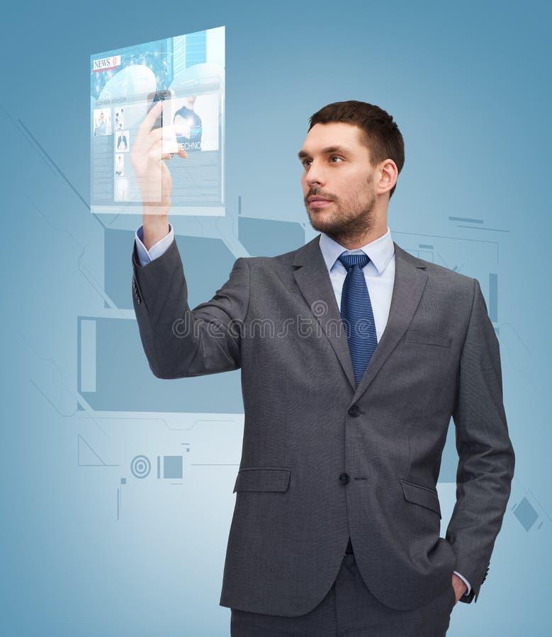 Молодой бизнесмен с smartphone стоковое фото