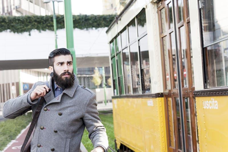 Молодой битник гонит трамвай стоковые фотографии rf