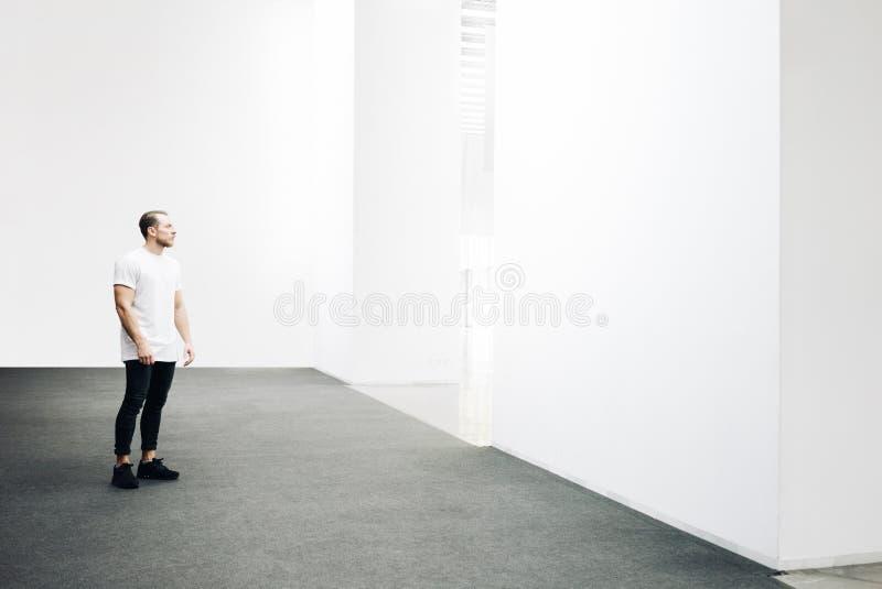 Молодой битник идя в белую галерею стоковое фото
