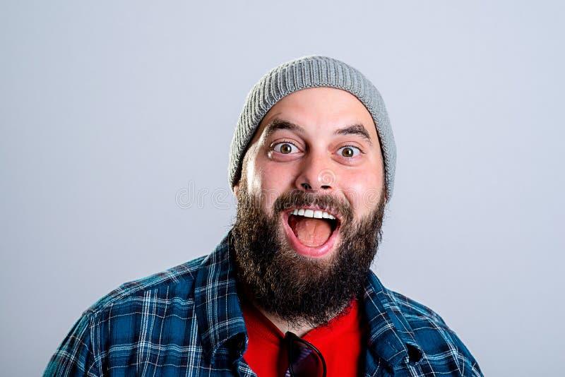 Молодой бородатый изумленный lokking человека стоковое фото