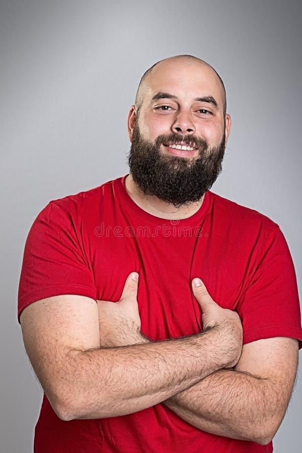 Молодой бородатый человек в красной рубашке стоковые изображения rf