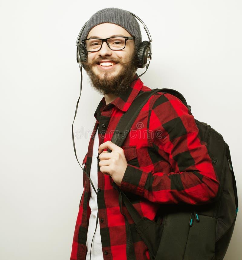 молодой бородатый человек слушая к музыке стоковое изображение