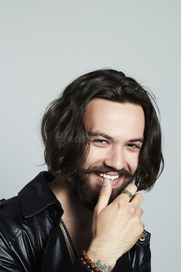 Молодой бородатый человек Усмехаясь мальчик битника стоковая фотография rf