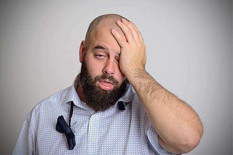 Молодой бородатый человек утомлен после партии стоковое изображение rf