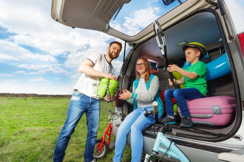 Молодой ботинок багажа загрузки семьи для отключения автомобиля стоковая фотография