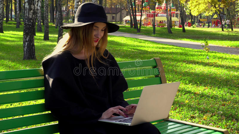 Молодой блоггер с красными губами в шляпе с широким brim стоковая фотография