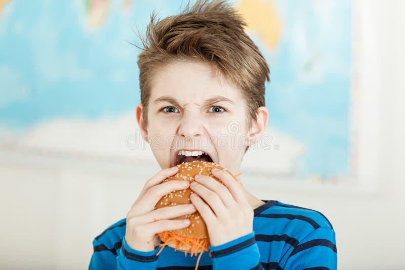 Молодой вегетарианский сдерживать в бургер моркови стоковые фотографии rf