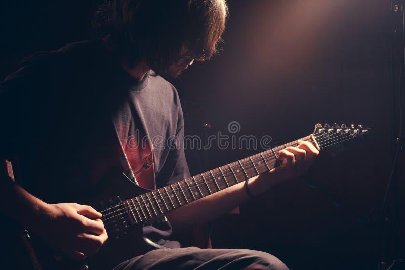 Молодой гитарист стоковое фото rf