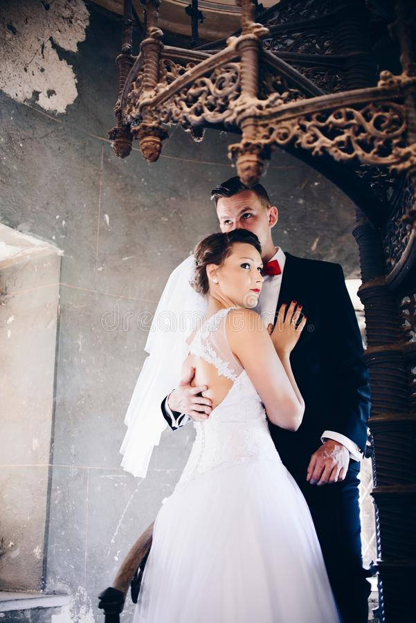 Молодой жених и невеста на старых лестницах венчание сбора винограда дня пар одежды счастливое Встреча свадьбы стоковое фото