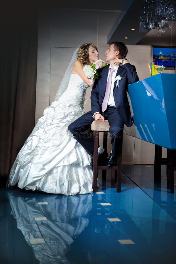 Молодой жених и невеста рядом с баром стоковое изображение