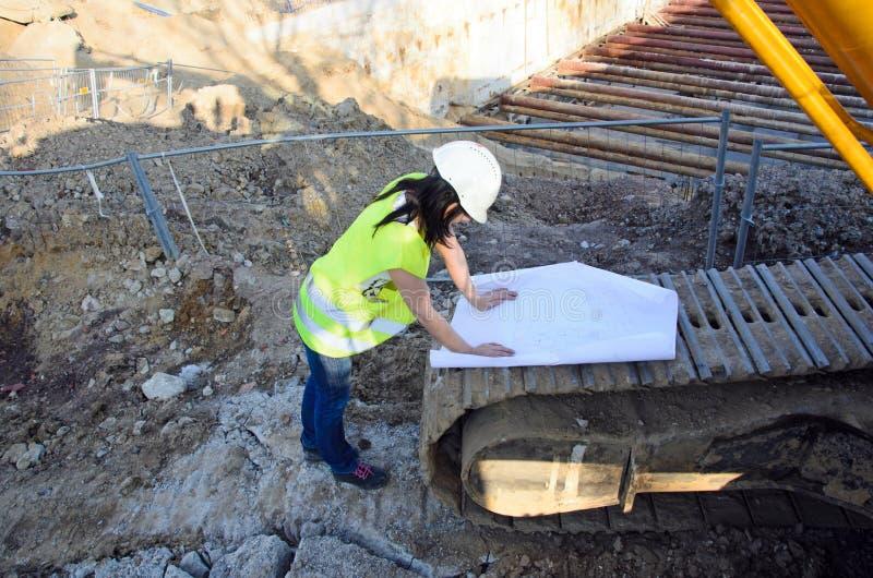 Download Молодой женский архитектор на строительной площадке строительного проекта Стоковое Изображение - изображение насчитывающей оборудование, работа: 41653043