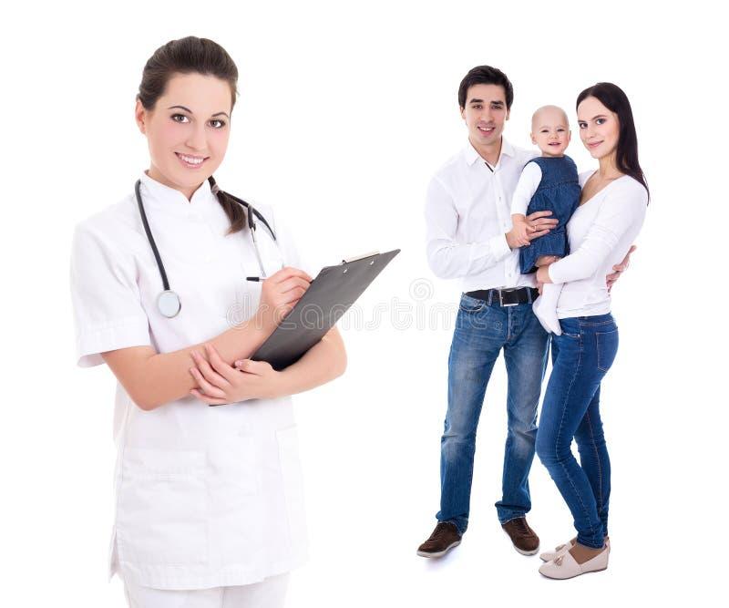 Молодой женский доктор при счастливая семья изолированная на белизне стоковое изображение