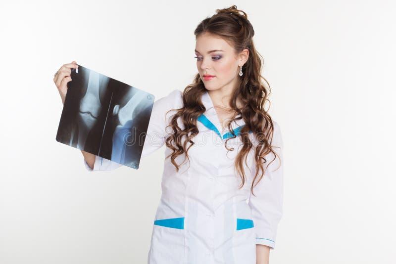 Молодой женский доктор смотря изображение рентгеновского снимка стоковые фото