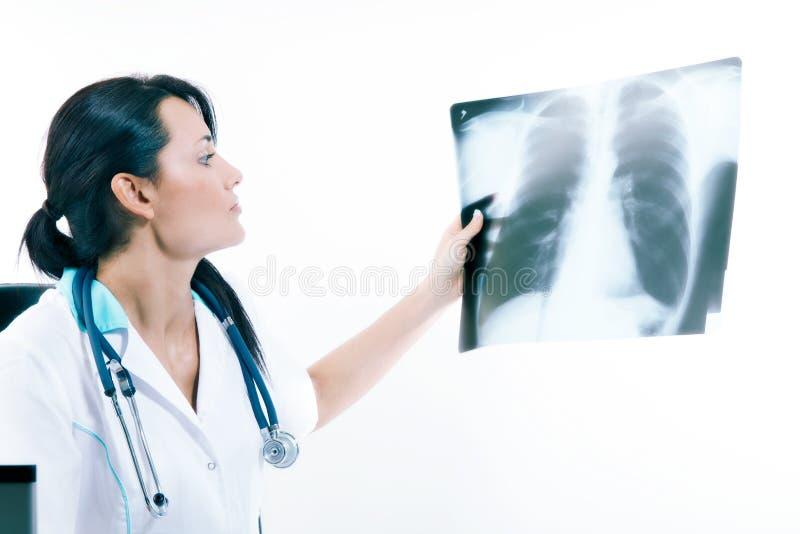 Молодой женский доктор смотря изображение рентгеновского снимка легких в больнице стоковые изображения