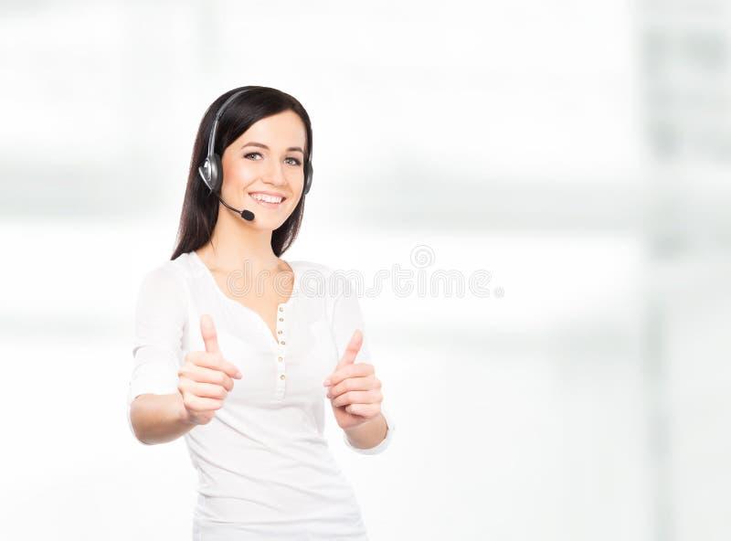Молодой женский оператор центра телефонного обслуживания в наушниках стоковые фото