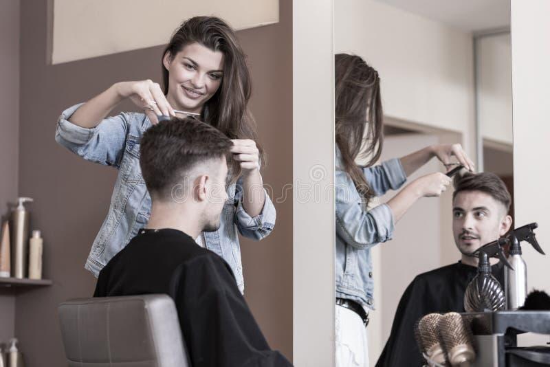 Молодой женский парикмахер стоковые фотографии rf