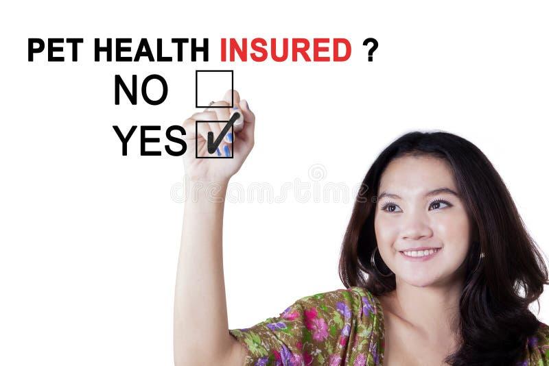 Молодой женский соглашаться для застрахованного здоровья любимчика стоковые фотографии rf